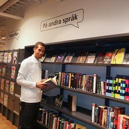 Mann på bibliotek