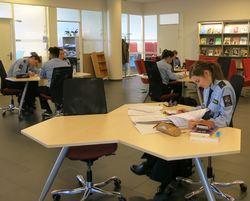 IMG_3185 bibliotek oversikt mot stillelesesal utsnitt 2297x1851