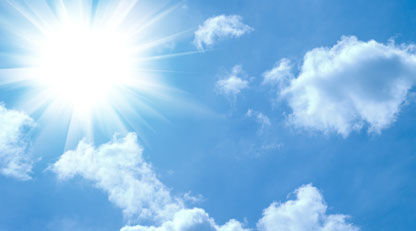Blå himmel med skyer