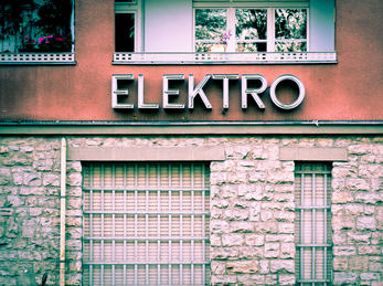 "Skrift ""ELEKTRO"" på husveggen"