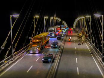 Miniatur av ein bru med trafikk