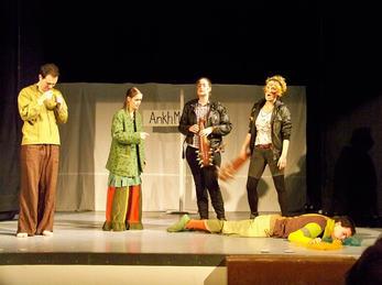 Fem elevar spiller teater
