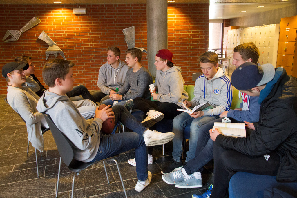 Gutar i hallen på Hafstad vgs Foto - Jim Steven T Igland.jpg