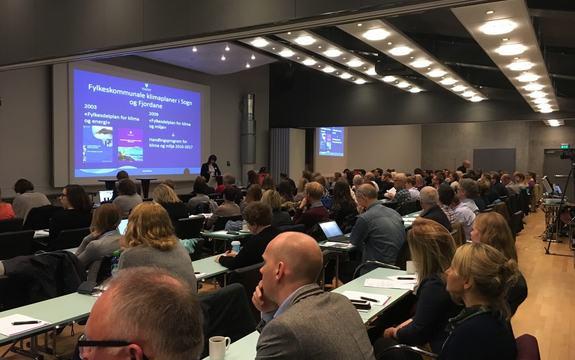 Publikum lyttar på foredrag i ein sal under klimatilpassingskonferansen 2016