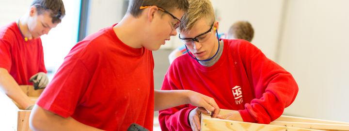 Tre elevar på byggfag i arbeid