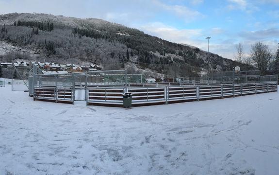 totalbilde av tom, nybygd ballbinge, vinter og snø, Naustdal