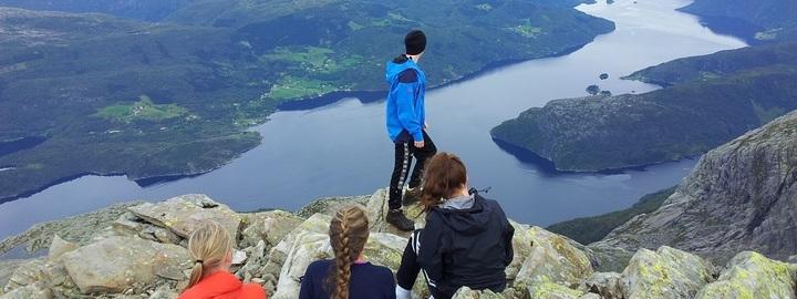 Fire elevar ser utover Dalsfjorden frå toppen av Blegja.