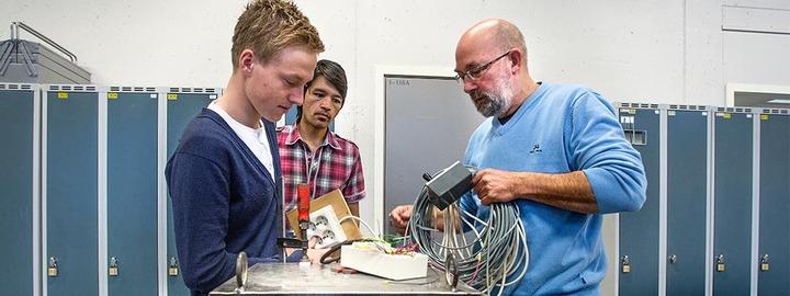 Elevar og lærar på elektroavdelinga
