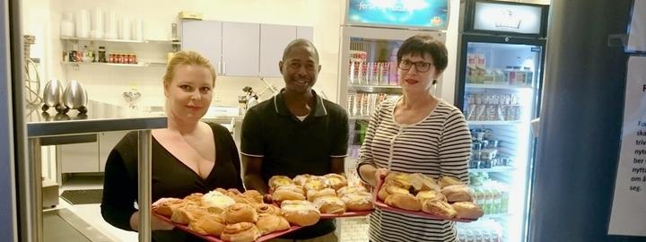 I kantina møter du alltid blide tilsette, her Kirsten, Chikondi og Marianne