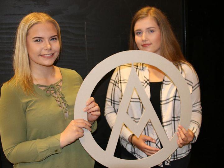 Elevane på Vg1 Design og handverk lagar sjablongar til Malakoff Rockfestival