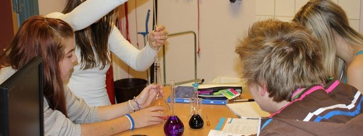 Elevar på hospitering eksperimenterar med kjemi.