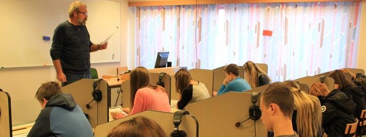 Elevar har undervisning på språklabben.