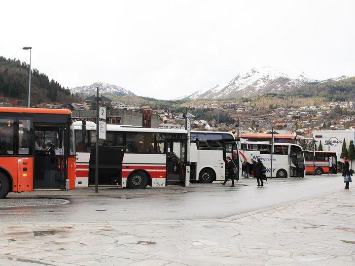 Bussar i på rutebilstasjonen i Førde
