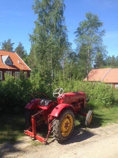 Gammel rød traktor på Trøgstad fort