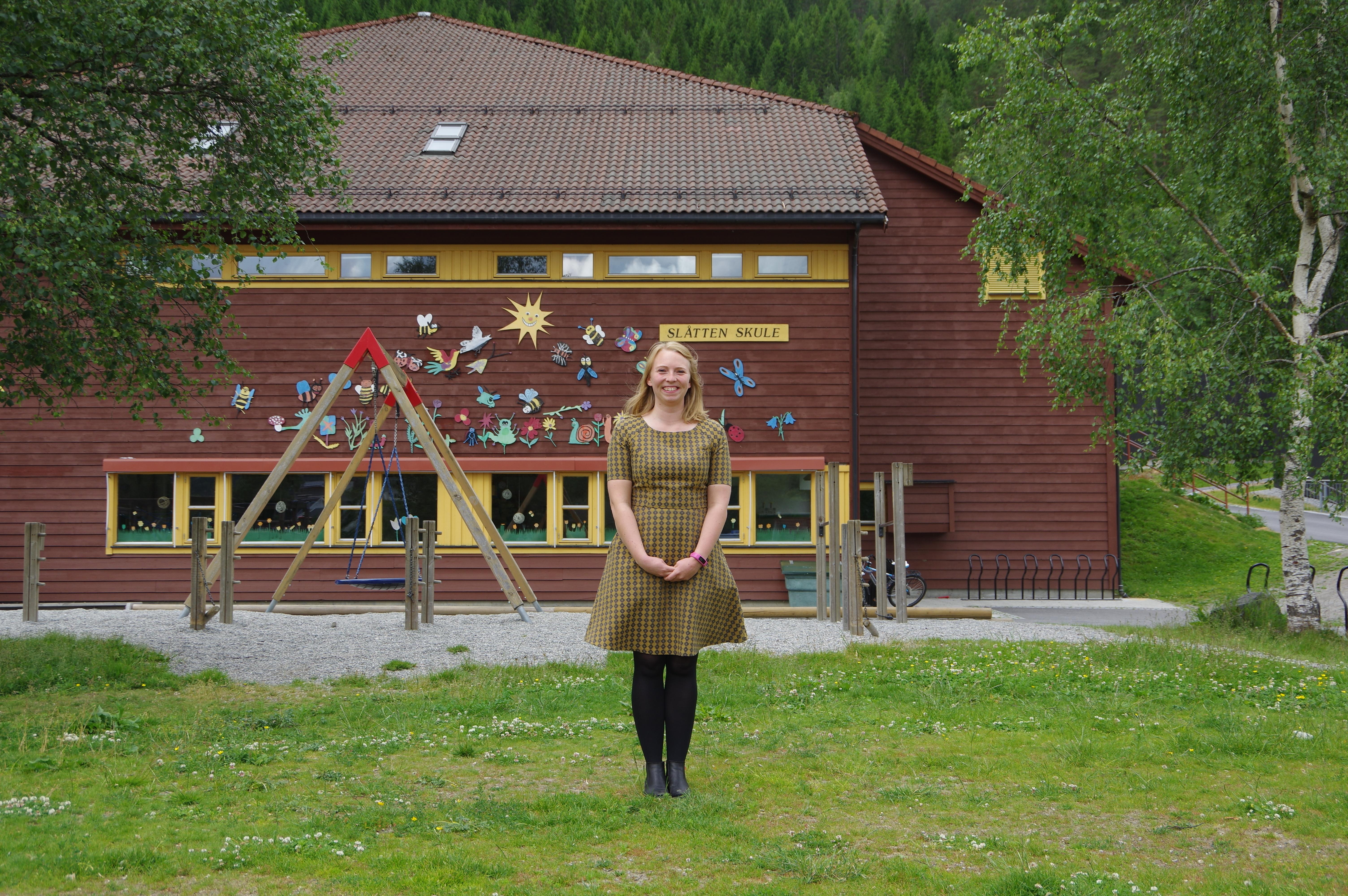 Annette og Slåtten skule.JPG