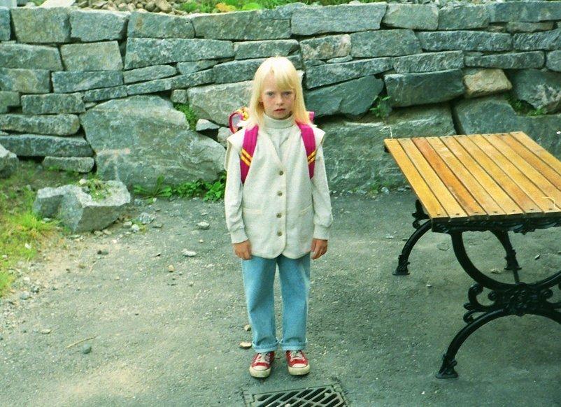 Annette ser litt redd ut før første skuledag.
