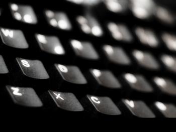 Nærbilete av svart tastatur med kvite bokstavar