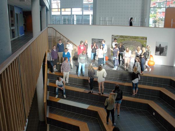 Elevar i atrium i skolebygg