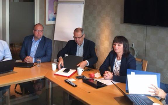 fylkesordførar Jenny Følling og fylkesrådmann Tore Eriksen sit ved møtebord i møte i fylkesutvalet. andre rundt bordet på bildet er Aleksander Øren Heen, Sigurd Reksnes og Gunnhild Berge Stang.