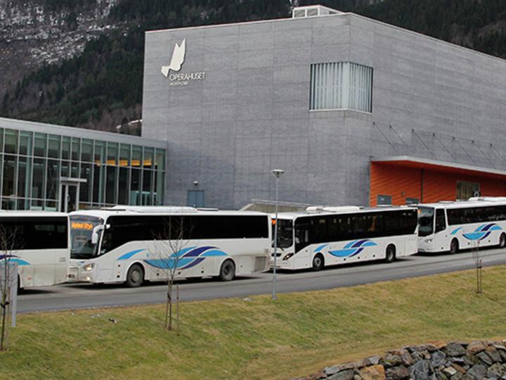 bussar utanfor operahuset på Eid