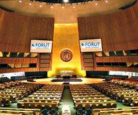 FNs plenumssal 750p med FORUT-logo