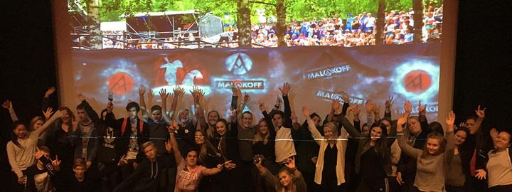Elevane i økonomi var samla i kinosalen for å høyre om Malakoff. Dekoren i bakgrunnen er laga av elevane på design og handverk.