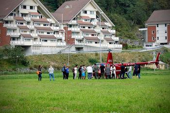 Helikopter og elevar framfor skulen