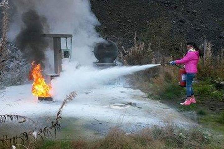Jente som øver på å slukke brann