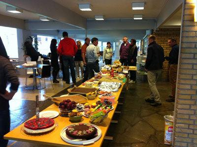 Bilde av elevar og mat frå kantina ism comenusbesøk i 2013