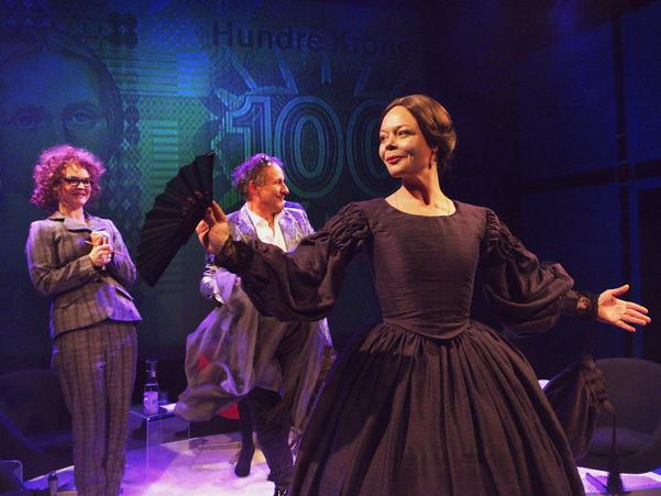 Skodespelarar på teaterscene i gamaldagse klede