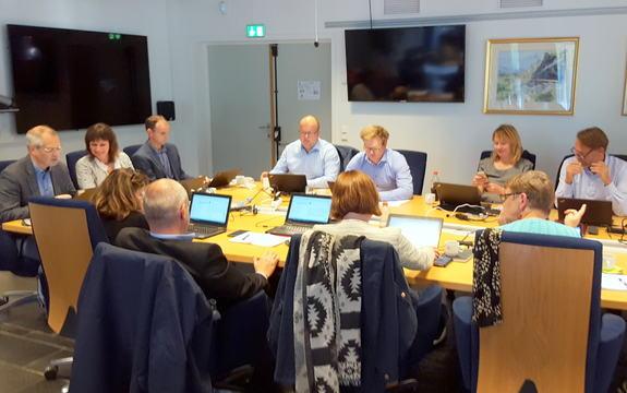 Politikarar samla rundt eit møtebord