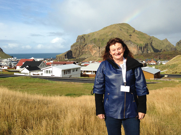 Foto av Åshild Kjelsnes på Island, i samband med nordisk verdsarvkonferanse 2016. Biletet syner Kjelsnes utanfor besøkssenteret på Heimaey, den største av Vestmannaøyene.