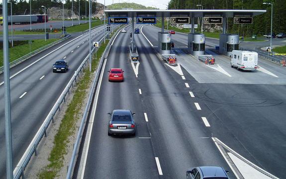Foto som syner ein bomstasjon med fem passeringar. Foto: John M, Wikipedia Commons