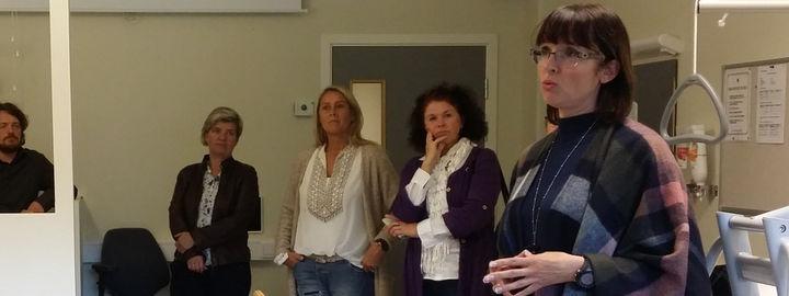 Lærar informerer deltakarar på næringsreise om velferdsleilegheita