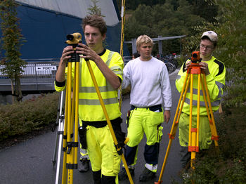 Bilete syner elevar på Bygg- og anleggsfag i aksjon med oppmålingsutstyr