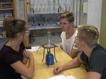 Bilete syner elevar ved Studiespesialisering som utfører eit forsøk i naturfag.