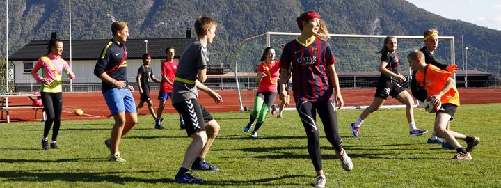 Bilete syner idrettselevar i rugby-trening