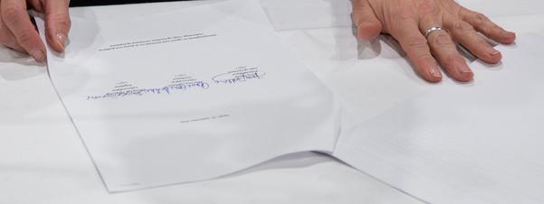 Intensjonsplan på kvitt ark signert av tre personar