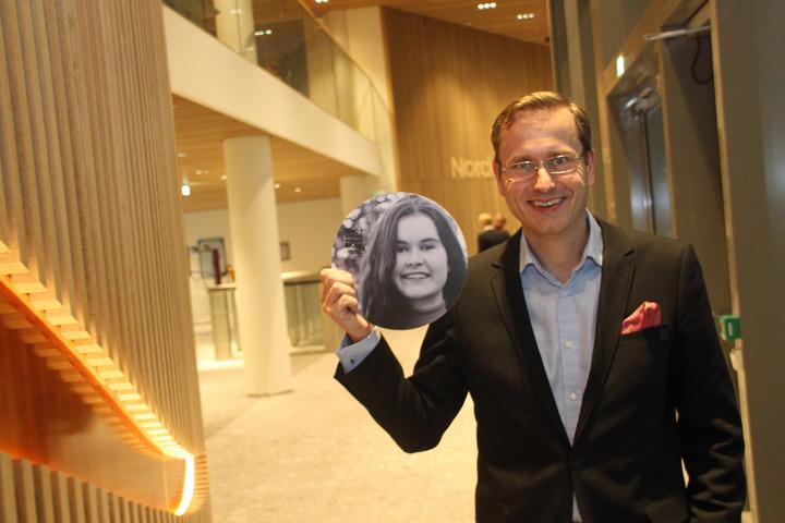 Adm. dir. i Nordea held opp eit bilete av Malin Askevold Helle