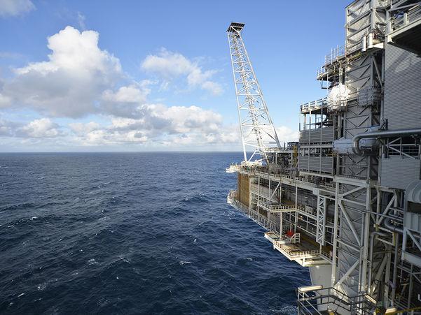Foto som syner ei oljeplattform i høgre biletkant. Resten av biletet syner blått hav og blå himmel. Foto: Harald Pettersen/Statoil