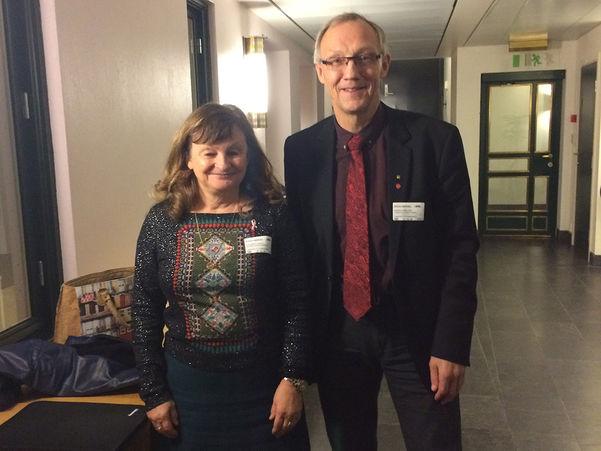 Foto av Åshild Kjelsnes og Geir Ove Bakken i Nasjonal rassikringsgruppe i ein korridor på Stortinget.
