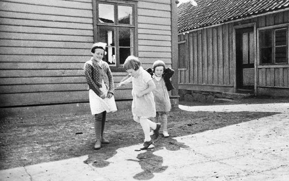 Tre jenter hoppar paradis i Sogndalsfjøra.