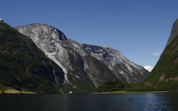 Foto av Nærøyfjorden i sol.