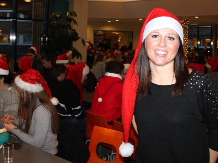 Miljøkoordinator Therese Dispen i spissen for den årlege nissefesten
