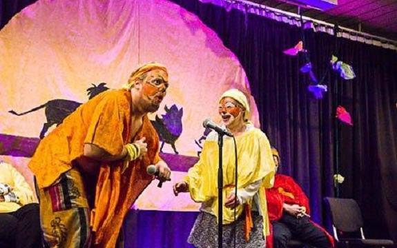 To gult utkledde personar på scena under Kulturfestivalen 2016