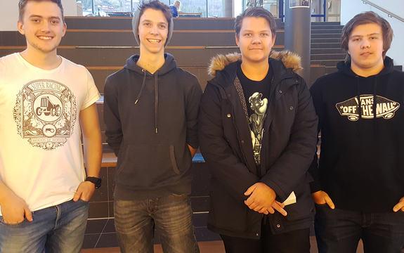 Foto av vinnarlaget frå Årdal vidaregåande skular. Det er tre gutar som er avbilda med ei trapp i bakgrunnen. Ein er kledd i kvit t-skjorte, dei andre i mørke jakkar eller gensarar.