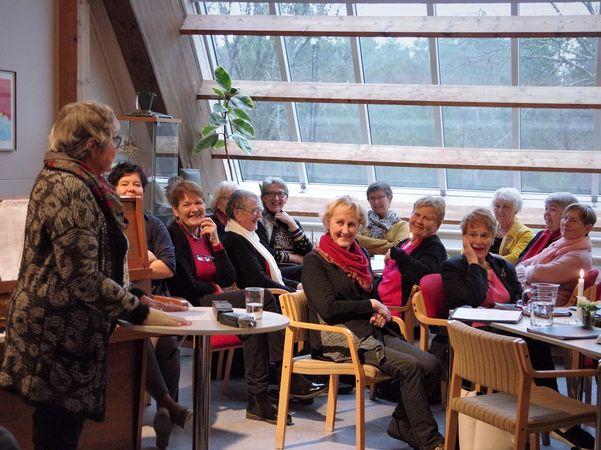 Siv Liset står i foajeen til Kystmuseet i Florø og fortel om korleis det var å vere elev og lærar då det var jul i skulehuset.