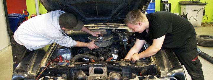 To elevar som reparerar ein bil