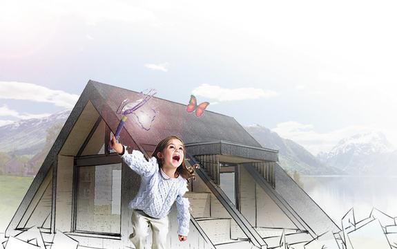Illustrasjon av dagsturhytta sett utanfrå. I framgrunnen ser vi ei lita jente som prøver å fange ein sommarfugl. Den trekantforma hytta er like bak jenta.