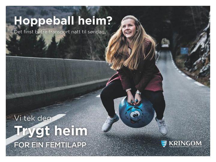 Jente sit oppå ein hoppeball på ein smal veg